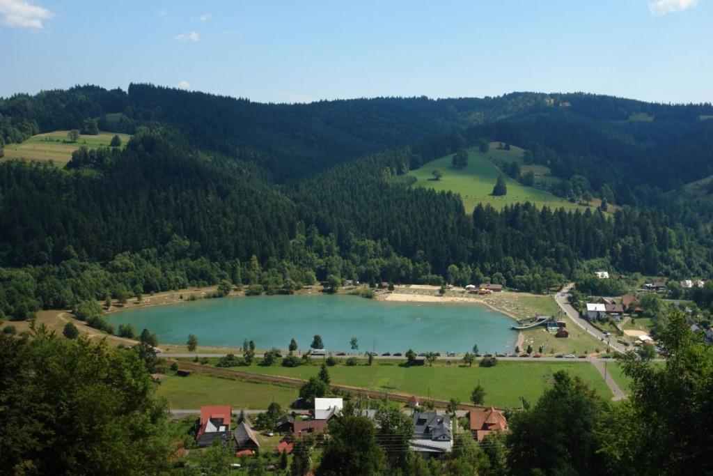"""Letní venkovní koupání v přírodním jezeře """"Kačák"""" nebo místními označený jako """"Balaton""""."""