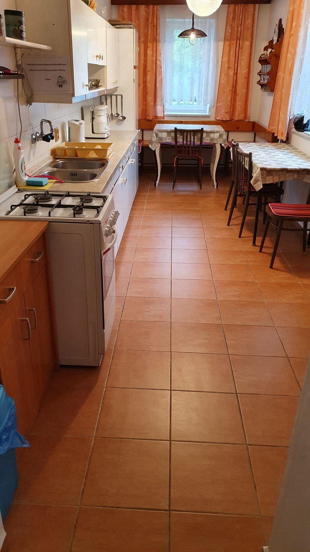 Nová podlaha v kuchyni v přízemí Vranečky